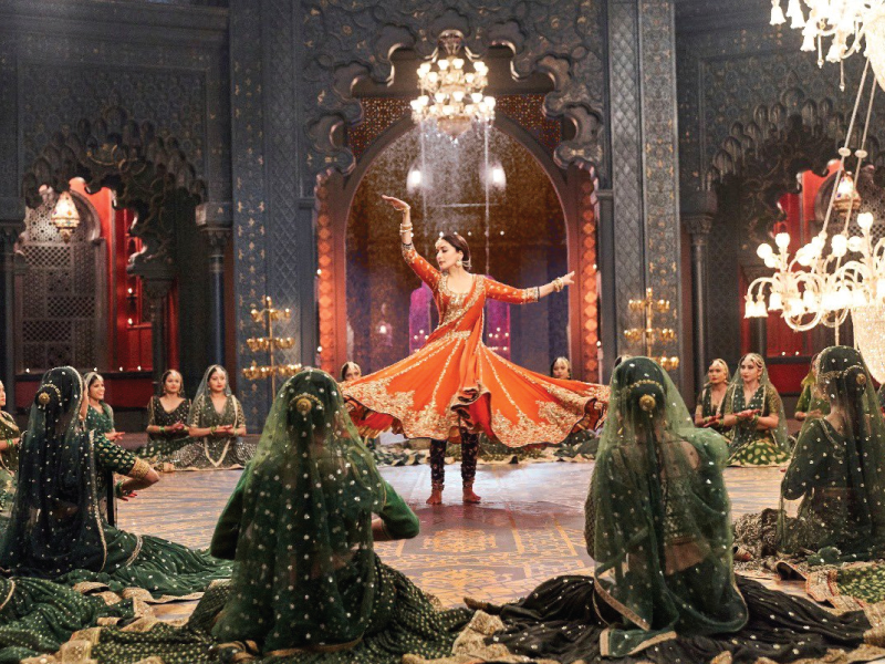 'Kalank' song 'Tabaah Ho Gaye': Madhuri Dixit proves again why she is known as the Dancing Diva.