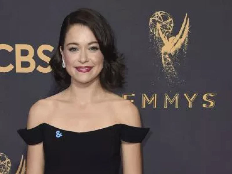 Tatiana Maslany's pin at the Emmy's shows her support to the LGBT community